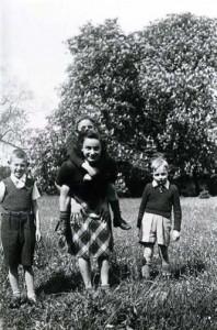 Hélène and the UGIF children, Aubergenville – a village approximately 30 miles west of Paris, 1942-1943 © Mémorial de la Shoah – Coll. Mariette Job