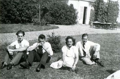 Aubergenville – a village approximately 30 miles west of Paris, 1942 From left to right: Jean Morawiecki, François Job, Hélène Berr, and Jean Pineau © Mémorial de la Shoah – Coll. Mariette Job