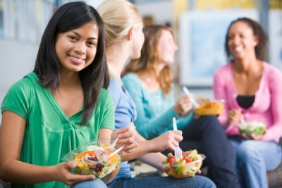 students-eating-salad-
